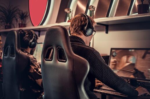 team-of-teenage-gamers-plays-in-a-multiplayer-vide-VRG5MVR.jpg